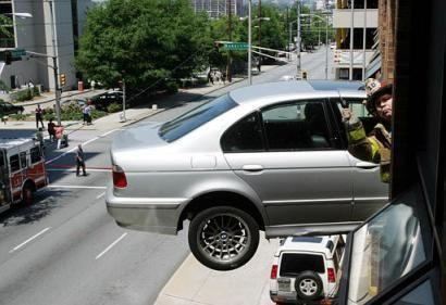 Parcheggio creativo sospeso